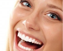 Using toothpaste to whiten teeth at home